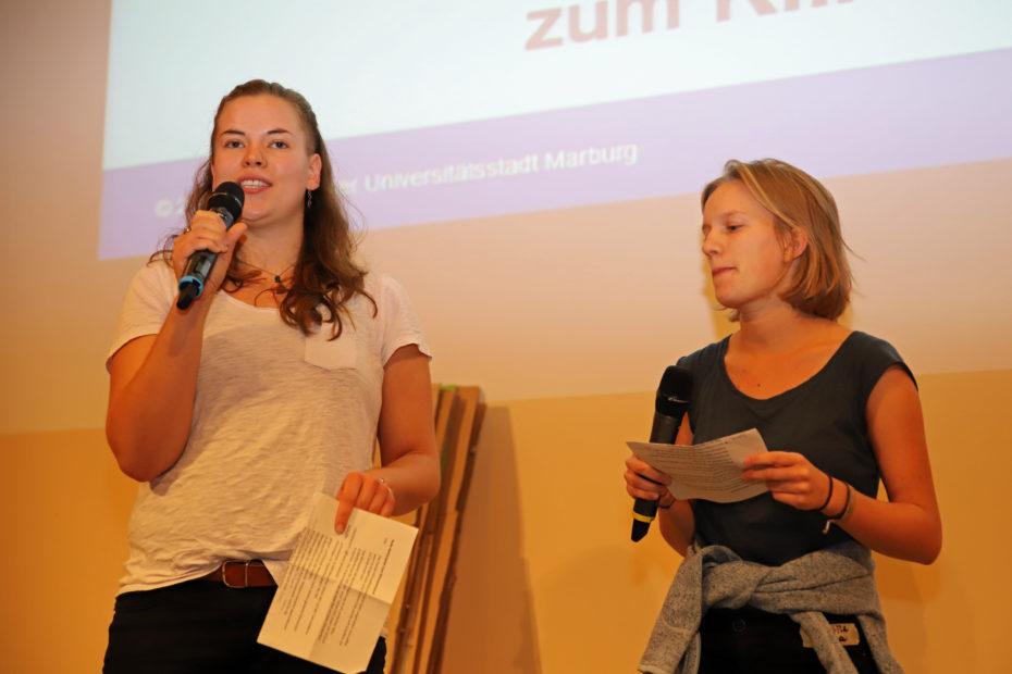 Die Aktivistinnen der Marburger Klimagruppe und der Fridays-for-Future-Bewegung entführten die Besucher*innen auf eine Traumreise in das Marburg im Jahre 2030.  © Birgit Heimrich, Stadt Marburg