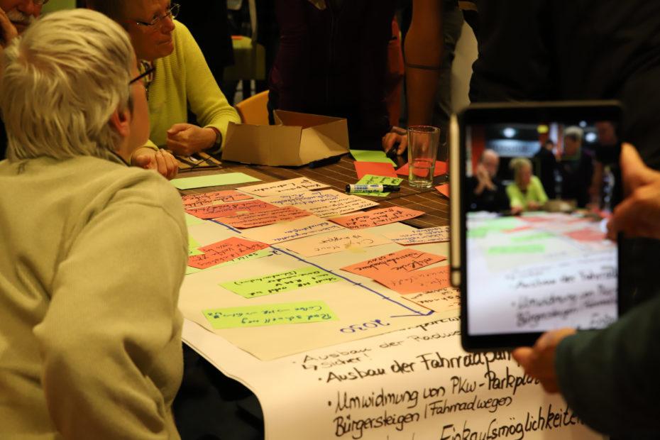 In verschiedenen Themengruppen erarbeiteten die Teilnehmenden Wünsche, Ziele und Maßnahmen für den Klima-Aktionsplan.© Thomas Steinforth, Stadt Marburg