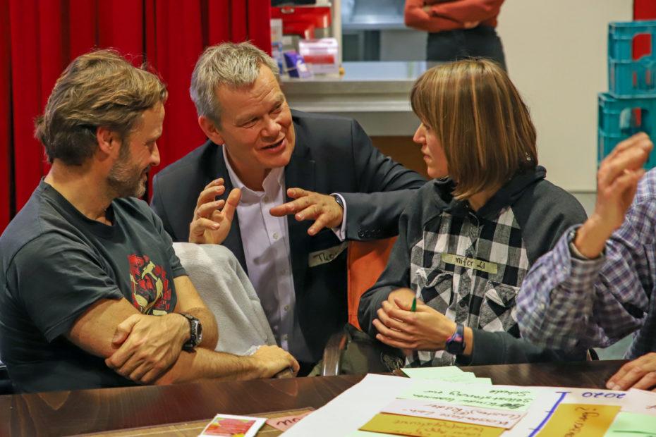 Oberbürgermeister Dr. Thomas Spies im Gespräch mit Teilnehmer*innen des Workshops.© Thomas Steinforth, Stadt Marburg