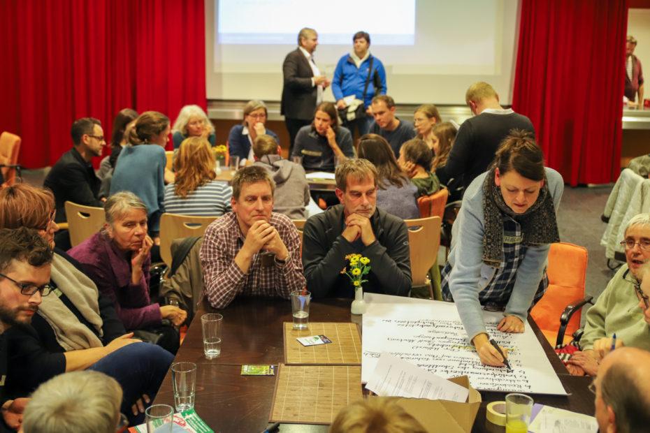 In verschiedenen Themengruppen erarbeiteten die Teilnehmenden Wünsche, Ziele und Maßnahmen für den Klima-Aktionsplan.© Birgit Heimrich, Stadt Marburg